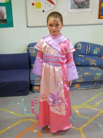 Au carnaval, jétais déguisée en japonaise. Jai une robe, un chignon et du maquillage de japonaise. Je suis une japonaise qui danse. Lilou